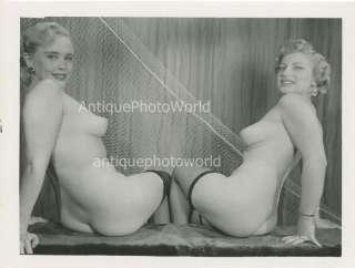 Dos mujeres desnudas rubias por la foto vintage neta de perno para