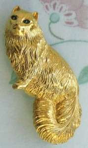 THIS IS A BEAUTIFUL SIGNED MONET GOLDTONE CAT BROOCH WITH GREEN EYES